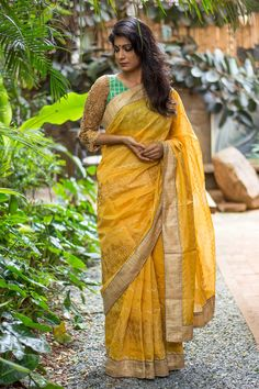 We think yellow is the one color that can be loud yet understated at the same time. This muted gold embroidery on yellow cotton with muted gold  jute border is for those who want to play within the spectrum. Pair it with a bold lip and contrast blouse to make a statement. #yellow #cotton #threadwork #jute #border #saree #India #blouse #houseofblouse