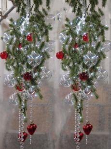 Uno o più rami d'abete artificiale o pino e del fil di ferro con cui legare le palline di Natale alla tua creazione. Aggiungi qualche ciondolo trasparente per un albero di Natale sospeso da appendere in vetrina o alla porta d'ingresso. Acquista online tutte le decorazioni natalizie di cui hai bisogno per allestire vetrine low cost.