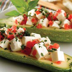 La calabacita verde además de ser rica en fibra y estar compuesta por 95% agua, ¡sólo aporta 25 calorías por pieza (75 g)! Consiéntete hoy preparándolas rellenas.