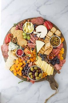 Charcuterie Recipes, Charcuterie And Cheese Board, Charcuterie Platter, Cheese Boards, Party Food Platters, Cheese Platters, Plateau Charcuterie, Easy Holiday Recipes, Snacks Für Party