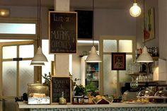 La Mojigata Café... pan recién hecho, muffins caseros... y comida ecológica en un espacio petît y con mucho encanto. C/ Lope de Vega, 7. Madrid