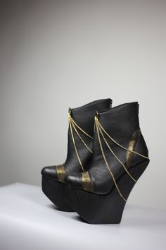 black and gold! High Heels, Wedges, Gold, Bags, Shoes, Fashion, Handbags, Moda, Zapatos