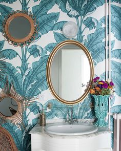 Papel pintado en el baño · masillar las juntas del antiguo alicatado e iinstalar papel puede cambiar el aspecto de un baño con poco dinero