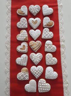 Heart Cookies, Iced Cookies, Cookies Et Biscuits, Christmas Gingerbread House, Gingerbread Cookies, Christmas Cookies, Cake Decorating Tips, Cookie Decorating, Cute Baking