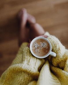 Can You also feel Autumn in the air? Coffee And Books, Coffee Love, Coffee Art, Coffee Photography, Autumn Photography, Photography Poses, Coffee Photos, Coffee Pictures, Foto Casual