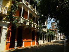 Sus calles están adornadas con hermosas fachadas, que incluyen imponentes balcones.