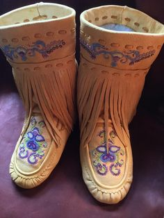 Sewing Projects Skirts Awesome Ideas For 2019 Beaded Shoes, Beaded Moccasins, Native American Regalia, Native American Beading, Moccasin Boots, Shoe Boots, Native Wears, Over Boots, Costumes Around The World
