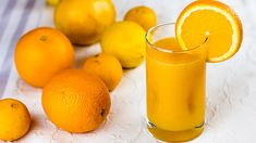 Clementines, grapefruits and half a lemon are added to the navel oranges to produce a juice that is sweet but also has the welcome citrus tang! This is the perfect juice to start your day and goes great alongside a bowl of cereal, toast or any breakfast. Fresh Juice Recipes, Juice Cleanse Recipes, Juicer Recipes, Nutribullet Recipes, Smoothie Recipes, Clementine Juice, Healthy Juices, Healthy Drinks, Recipes