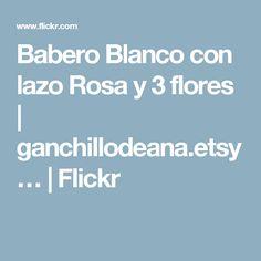 Babero Blanco con lazo Rosa y 3 flores | ganchillodeana.etsy… | Flickr