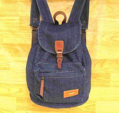 mochila jeans super resistente e linda :) possui um bolso com ziper na frente, detalhes em couro montana, fundo de couro. alças fortes e ajustáveis. medidas: 35 cm de altura e 39 de largura, cabe cadernos livros e etc