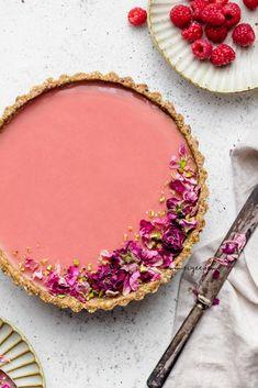 Raspberry hibiscus rosewater tart with pistachio crust (Vegan, gluten-free & refined sugar-free) Raw Desserts, Gluten Free Desserts, Just Desserts, Paleo Sweets, Healthier Desserts, Tart Recipes, Dessert Recipes, Vegan Recipes, Protein Recipes
