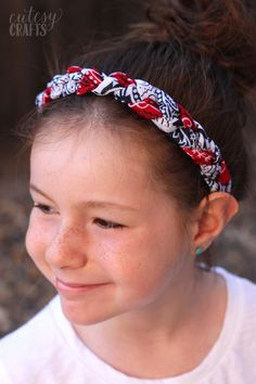 Use inexpensive bandanas and your sewing machine to make these festive bandana headbands. Customize them with any colors you like - so fun! Bandana Headband Tutorial, Diy Headband, Braided Headbands, Flower Headbands, Bow Tutorial, Flower Tutorial, Bandana Skirt, Red Bandana, Bandanas
