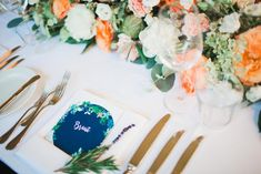 Wedding Vienna, Austria, navy-blue, emerald, orange, apricot, peach, long dinner table photo: stillandmotionpictures.com