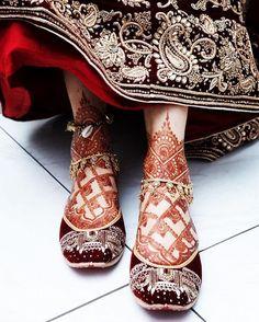 Trending Payal designs we spotted on real brides this wedding season Wedding Shoes Bride, Bride Shoes, Bridal Chura, Indian Shoes, Indian Bridal Outfits, Indian Dresses, Wedding Mehndi Designs, Anklet Designs, Bridal Sandals