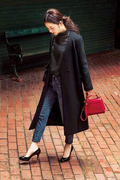 冬ワードローブの主役となるコートは、おしゃれの印象を決めるアイテムだからこそトレンド感と着こなし方が成功のカギ。注目のファーコートやガウン、定番のチェスターやダッフルなど、人気ブランドから気になるコートが勢ぞろい。佐々木希の8ルックから今年のエースとなる1枚を探って。
