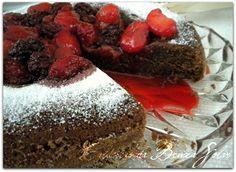 Bolo de chocolate com calda de frutas vermelhas