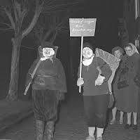 """Ouwe Sunderklaas (Tessels, """"Oude Sinterklaas"""") is een traditioneel Texels feest, dat gevierd wordt op 12 december, een week na het Sinterklaasfeest. Toch heeft het met het Sinterklaasfeest zoals dat tegenwoordig op de vaste wal gevierd wordt niet veel te maken. Ouwe Sunderklaas vertoont wel overeenkomsten met decemberfeesten op de overige waddeneilanden, zoals Klozum op Schiermonnikoog, Klaasohm op Borkum, Opkleden op Vlieland, Sunderum op Terschelling en Sunderklazen op Ameland."""