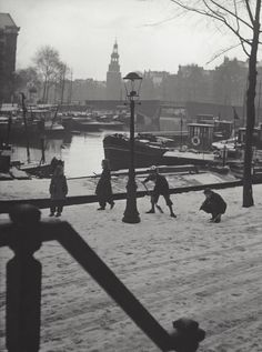 1953. View on the Kromme Waal in Amsterdam. De Kromme Waal is a street between the Prins Hendrikkade and the Oude Waal. The street forms from the Kraansluis to the Waalseilandbrug the western quay of the Waalseilandsgracht, the old inner harbour of Amsterdam between the Montelbaanstoren and Het IJ. Photo Kees Scherer. #amsterdam #1953 #KrommeWaal