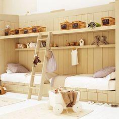 Chambre double pour enfant. Style marin, mais dans les tons clairs.