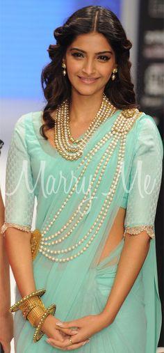 Sonam Kapoor wears pearls on the saree Pakistani Dresses, Indian Dresses, Indian Outfits, Indian Clothes, Indian Sarees, Sonam Kapoor, Indian Attire, Indian Wear, India Fashion