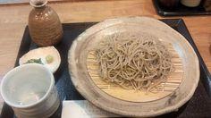 2012.09.30【手打ちそば大喜多 ざるそば(大盛)】奈良ホテルに程近い場所にありますが、気をつけないと見落としそうな場所にあります。毎度の如くざる蕎麦を大盛で注文。二八蕎麦との事ですが、やや細めながら かなり弾力があり、喉越しもいいですねぇ。蕎麦つゆは醤油の味がはっきりしてますが、 やや甘めで、なかなかいい感じです。今日は悪天候でお客さんの入りが悪いとの事で、半盛分をサービスで頂きました。カウンター10席の小ぢんまりしたお店ですが、ご店主夫婦の丁寧で優しい接客もよい感じです。【手打ちそば大喜多  奈良市高畑町986-1】