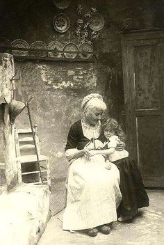 Grandma and her granddaughter, 1905 Great photo Antique Photos, Vintage Pictures, Vintage Photographs, Old Pictures, Vintage Images, Old Photos, Portrait Photos, Old Photography, The Good Old Days