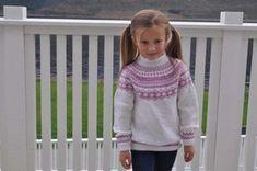 Genser til jente og gutt med rundfelling strikket nedenfra og opp i Baby Merino fra Drops .  STR 2-10 ÅR . Strikkefasthet 26 m = 10 cm.     Turtle Neck, Knitting, Crochet, Sweaters, Baby, Fashion, Moda, Tricot, Fashion Styles