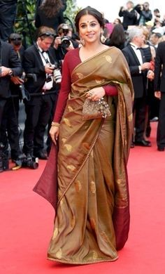 Blouse designs for silk sarees could have brocade, zari work and sequin design in different styles. Let's have a look at few Blouse Designs for Silk Sarees Saree Blouse Patterns, Saree Blouse Designs, Sari Blouse, Sari Dress, Blouse Neck, Dress Designs, Saris, Indian Dresses, Indian Outfits