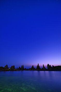 Dawn in Hashigui-iwa, Kushimoto, Wakayama, Japan Beautiful Sky, Beautiful World, Beautiful Places, Places Around The World, Around The Worlds, Wakayama, Blue Hour, Nature Pictures, Landscape Photos