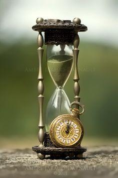 Clock Hourglass Time: and Spirit Fanfic, Hourglass Sand Timer, Hourglass Tattoo, Sand Timers, Father Time, Clock Art, Bulletins, Arte Horror, Sistema Solar