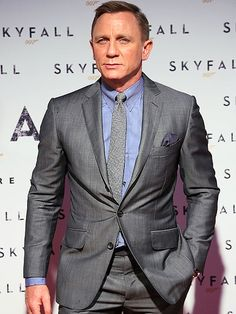 Craig Debuts Skyfall in Italy With a Bond Girl by His Side Daniel Craig tucked one hand in his pocket as he posed.Daniel Craig tucked one hand in his pocket as he posed. Daniel Craig Skyfall, Daniel Craig Suit, Daniel Craig Style, Daniel Craig James Bond, James Bond Suit, Bond Suits, James Bond Style, Estilo James Bond, Daniel Graig
