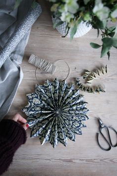 Limmat andra sidan också. Så var den klar! Ett litet hål och ett snöre så kan du hänga den också. Swedish Christmas, Natural Christmas, Scandinavian Christmas, Rustic Christmas, Simple Christmas, Vintage Christmas, Handmade Christmas Decorations, Xmas Decorations, Holiday Crafts