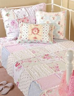 shabby patchwork quilt & pillows Shabby Chic Bedrooms, Shabby Chic Quilts, Shabby Chic Fabric, Vintage Shabby Chic, Shabby Chic Style, Quilt Bedding, Rag Quilt, Chenille Quilt, Chic Bedding