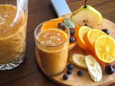 La pera es un fruto con muchas vitaminas y rico en fibra, la naranja contiene una gran cantidad de cualidades medicinales, es rica en vitamina C y calcio. Y por último la linaza es una semilla muy rica en propiedades que tiene la capacidad de suavizar el intestino grueso, prevenir el estreñimiento y es reconocida por su efecto en la disminución del colesterol. Estos frutos y semilla combinados son la mezcla perfecta para ayudarte con los problemas de estreñimiento. ¡Prepara el siguiente…