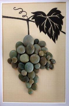 Playa de guijarros en un collage de técnica mixta. Tinta de dibujo de hoja de uva y vid con guijarros de playa verde como uvas. Esta pieza está inspirada en el país de vino de California central donde vivo. 9 x 7 marco negro mate.