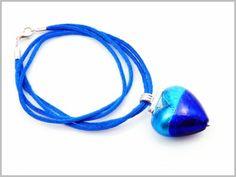 """""""Oceania"""" Le bleu infini du ciel et le turquoise étincelant de la mer des caraïbes pour ce Pendentif Coeur incrusté de feuille d'argent."""