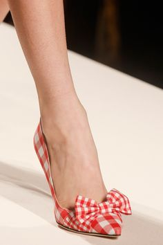 Fashion Shoes Moschino Spring 2014 rtw- sundress or modern daisy duke and button up tie blouse! Moschino, Pretty Shoes, Beautiful Shoes, Mode Shoes, Moda Vintage, Shoe Gallery, Clutch, Dream Shoes, Fashion Shoes