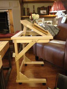 Mesa auxiliar de sofá, fabricada con madera de roble ideal para la lectura. Además es muy práctica gracias a que incorpora una bandeja basculante y unas ruedas para su fácil manejo. http://www.mueblesdelagranja.es/blog/mesa-auxiliar-de-sofa/