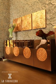 Haute Quotient The effervescence of various shades of bronze glass with circular inlay and art pieces on wall enhance the elegance of this corner as designed by La Sorogeeka. #lasorogeeka #luxuryinteriors #interiordesigners #detail #extravagance #indulgence