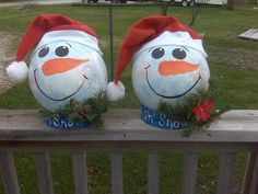 Golf Ball Crafts Wondering what to do with your old bowling balls? Bowling Ball Crafts, Bowling Ball Garden, Bowling Ball Art, Bowling Pins, Garden Balls, Christmas Snowman, Christmas Ornaments, Snowman Ornaments, Garden Ornaments