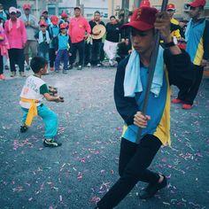 遶境小琉球迎王祭時,每一座神轎抵達一間廟宇,便會有人出來用香火迎接,轎班也會派一個人會出來跳陣步,剛好這一組兩邊都是年輕小孩對尬呀!帥氣。