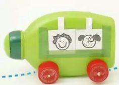 Babi: Carrinho com potinho de shampoo e tampinhas de garrafa PET.   Apostamos que essa ninguém imaginou… Olha como é simples! É só separar aquela embalagem de shampoo que ia parar no lixo e duas tampinhas de garra PET. Com apenas algumas colagens estará formado um carrinho de brinquedo para animar a brincadeira entre as crianças!