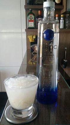 * CAIPIROSKA DE LICHIA * - Vodka - 10 Lichias - 02 colheres (bar) Açúcar - Coloque as lichias descascadas e sem caroço e o açúcar em um copo Ilhabela e macere. - Encha o copo com gelo e adicione vodka até completar o copo. - Despeje tudo em uma coqueteleira e agite bem. - Sirva em um copo Ilhabela.