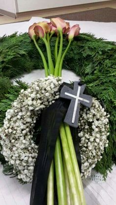 Doppelkranz – Source by Funeral Floral Arrangements, Beautiful Flower Arrangements, Beautiful Flowers, Casket Flowers, Funeral Flowers, Remembrance Flowers, Funeral Caskets, Grave Decorations, Sympathy Flowers