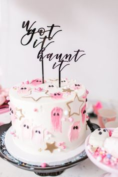 Edible Obsession: Halloween Cake Decorating Ideas - - Sweet and spooky cake decorating ideas perfect for Halloween…. Halloween Cake Pops, Halloween Desserts, Spooky Halloween, Halloween Torte, Halloween Birthday Cakes, Pink Halloween, Novelty Birthday Cakes, Halloween Chocolate, Halloween Treats