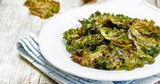 Nagyon gyorsan és egyszerűen elkészíthető a kelkáposztachips, a többi zöldségtől eltérően se pucolni, se gyalulni nem kell, csak darabokra tépkedni és fűszerezni. Broccoli, Chili, Herbs, Baking, Vegetables, Food, Chile, Bakken, Essen