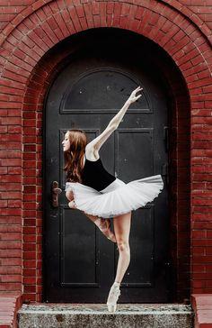 Pickled Thoughts a mis en scène de superbes danseuses classiques chaussées de justaucorps et de tutus. Le photographe a réussi à rendre compte non seulement de la grâce et de la technique de ses modèles, mais également de la beauté des lieux dans lesquels elles posent. Plus de détails en images.