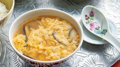 栗原 はるみさんの絹ごし豆腐,卵を使った「豆腐の酸辣湯(サンラータン)」のレシピページです。すっぱ辛いスープは、夏にこそおいしいものです。お酢多めで、体も気持ちもシャキッと。 材料: 絹ごし豆腐、干ししいたけ、ゆでたけのこ、卵、スープ、紹興酒、ラーユ、香菜(シャンツァイ)、かたくり粉、しょうゆ、酢、塩