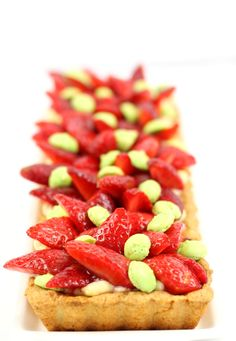 Tarte aux fraises, pâte sablée aux amandes de Lenôtre, crème pâtissière et mini macarons #tarte #fraise #amande #lenotre #macarons #recette #dessert #printemps #strawberrie http://www.sibo-sibon.com/blog/recette-tarte-aux-fraises-macarons