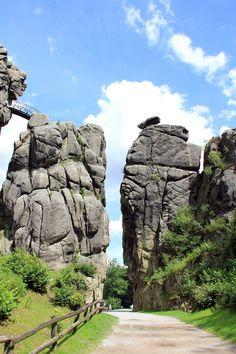 Las Piedras de Externsteiner, o Piedras traídas de las Estrellas. (Sarcófagos de piedras con cuerpos de extraterrestres en inoxia y una gran base extraterrestres con barios niveles subterranea)